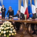 D. Verwaerde (CEA) i prof. G. Wrochna (NCBJ) podpisują porozumienie o współpracy między instytutami (fot. M. Śmiarowski KPRM)