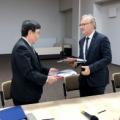 Prezydent Toshio Kodama i dyrektor Krzysztof Kurek wymieniają dokumenty umowy implementacyjnej (foto: Marek Pawłowski / NCBJ)