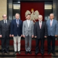 Członkowie zespołu ds. wysokotemperaturowych reaktorów jądrowych w gmachu Ministerstwa Energii