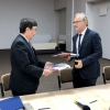 Pre­si­dent Toshio Kodama and NCBJ Direc­tor Gene­ral Krzysz­tof Kurek exchange the docu­ments of the imple­men­ta­tion con­tract (photo: Marek Paw­łow­ski / NCBJ)