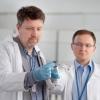 Dr Jacek Rzadkiewicz (z lewej) i dr Rafał Prokopowicz z zasobnikiem do napromieniania próbek w celu produkcji renu 186m (foto: NCBJ)