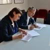 Podpisanie porozumienia przez Magdalenę Srokę, dyrektor Polskiego Instytutu Sztuki Filmowej i prof. Krzysztofa Kurka, Dyrektora NCBJ - fot. Marcin Kułakowski, PISF